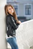 Портрет молодой женщины outdoors в осени стоковые фотографии rf