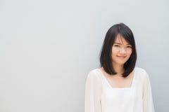 Портрет молодой жизнерадостной усмехаясь женщины стоковые изображения rf