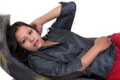 Портрет молодой индийской девушки с открытый показывать рубашки внутренний Стоковые Изображения