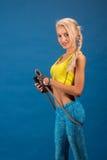 Портрет молодой и здоровой блондинкы с прыгая веревочкой Стоковые Изображения RF
