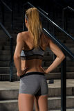 Портрет молодой и красивой женской тренировки фитнеса Мотивировка спорта Стоковая Фотография