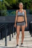 Портрет молодой и красивой женской тренировки фитнеса Мотивировка спорта Стоковое Изображение