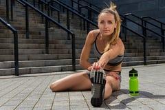 Портрет молодой и красивой женской тренировки фитнеса Мотивировка спорта Стоковые Фото