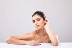 Портрет молодой и красивой кожи стороны женщины над серым цветом Медицинское соревнование и косметики Стоковая Фотография