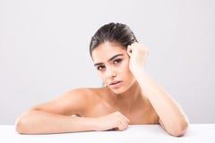 Портрет молодой и красивой кожи стороны женщины над серым цветом Медицинское соревнование и косметики Стоковое Фото
