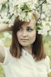 Портрет молодой и привлекательной девушки в парке Стоковое Фото