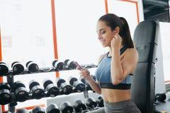Портрет молодой и привлекательной женщины в голубой верхней части в спортзале Стоковое Изображение