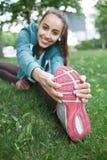 Портрет молодой и sporty женщины в sportswear делая йогу или протягивая работает Стоковое Изображение
