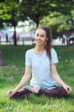 Портрет молодой и sporty женщины в sportswear делая йогу или протягивая работает Стоковое Фото