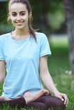 Портрет молодой и sporty женщины в sportswear делая йогу или протягивая работает Стоковые Изображения RF