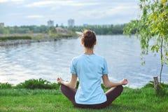 Портрет молодой и sporty женщины в sportswear делая йогу или протягивая работает Стоковые Фото