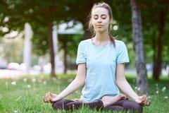 Портрет молодой и sporty женщины в sportswear делая йогу или протягивая работает Стоковая Фотография RF