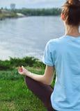Портрет молодой и sporty женщины в sportswear делая йогу или протягивая работает Стоковое фото RF