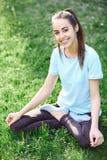 Портрет молодой и sporty женщины в sportswear делая йогу или протягивая работает Стоковое Изображение RF