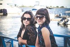 Портрет молодой кавказской женщины в гавани Некоторые шлюпки скорости на предпосылке Тропический остров Бали, Индонезия Стоковое Изображение