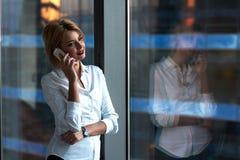 Портрет молодой коммерсантки говоря на мобильном телефоне Стоковое фото RF