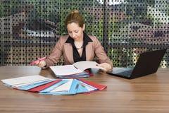 Портрет молодой коммерсантки работая на столе Стоковая Фотография