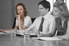 Портрет молодой коммерсантки с коллегами в встрече Стоковое Фото