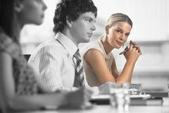 Портрет молодой коммерсантки с коллегами в встрече Стоковая Фотография RF