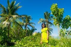 Портрет молодой красивой азиатской девушки в тропическом районе леса около пляжа Стоковое Изображение