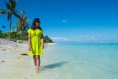 Портрет молодой красивой азиатской девушки идя на пляж и смотря океан Стоковые Изображения RF