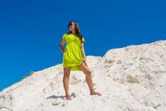 Портрет молодой красивой азиатской женщины стоя на горе песка Стоковые Фотографии RF