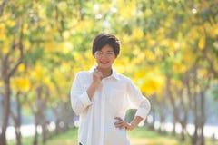 Портрет молодой красивой азиатской женщины с белым дежурным рубашки Стоковое Фото