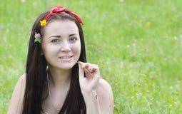 Портрет молодой, красивой девушки, брюнет с цветками в ее волосах и шарфа Стоковые Изображения