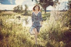 Портрет молодой красивой девушки в длинном ходе платья Стоковое фото RF