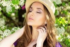 Портрет молодой красивой девушки в платье и шляпе с длинными волосами Женщина фасонируемая весной Стоковые Фотографии RF
