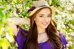 Портрет молодой красивой девушки в платье и шляпе с длинными волосами Женщина фасонируемая весной Стоковые Изображения