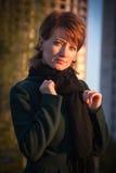 Портрет молодой красивой девушки в темном ом-зелен пальто в autum стоковое изображение
