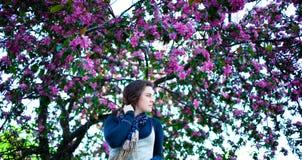 Портрет молодой красивой девушки в цветя дереве Красота весеннего времени без аллергии Стоковые Фото