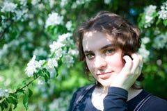 Портрет молодой красивой девушки в цветя дереве Красота весеннего времени без аллергии Стоковое Изображение RF