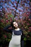 Портрет молодой красивой девушки в цветя дереве Красота весеннего времени без аллергии Стоковое Фото