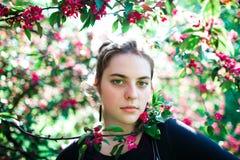 Портрет молодой красивой девушки в цветя дереве Красота весеннего времени без аллергии Стоковое Изображение