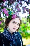 Портрет молодой красивой девушки в цветя дереве Красота весеннего времени без аллергии Стоковая Фотография