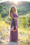 Портрет молодой красивой девушки на заходе солнца Стоковая Фотография