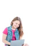 Портрет молодой красивой девушки работая на компьютере Стоковые Изображения