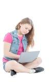 Портрет молодой красивой девушки работая на компьютере Стоковое фото RF