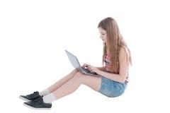 Портрет молодой красивой девушки работая на компьютере Стоковые Фото