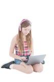 Портрет молодой красивой девушки работая на компьютере Стоковая Фотография RF