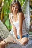 Портрет молодой красивой женщины в гамаке Стоковое Фото