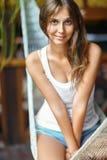 Портрет молодой красивой женщины в гамаке Стоковые Изображения