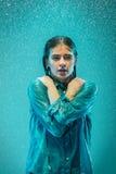 Портрет молодой красивой женщины в дожде Стоковое Фото