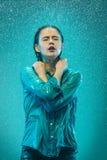 Портрет молодой красивой женщины в дожде Стоковое Изображение