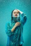 Портрет молодой красивой женщины в дожде Стоковая Фотография