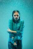 Портрет молодой красивой женщины в дожде Стоковое Изображение RF