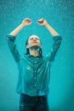 Портрет молодой красивой женщины в дожде Стоковые Фото