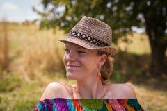 Портрет молодой красивой женщины в шляпе Стоковое Изображение RF